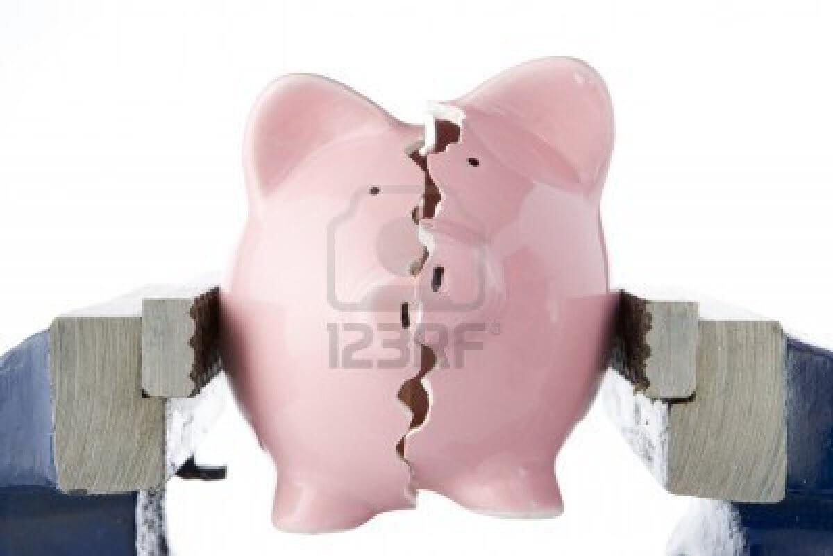 4546161-piggy-bank-scinde-en-deux-alors-que-se-tiendra-a-vice