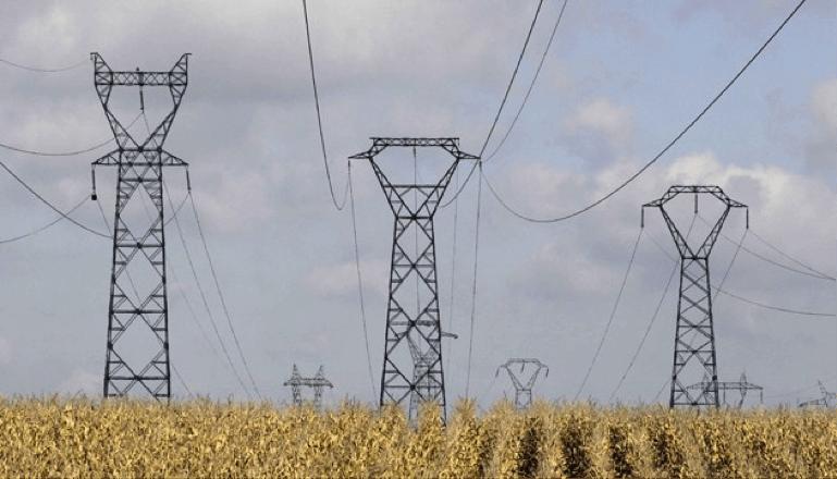 Pylônes électriques de lignes à haute tension à Meyzieu, le 1er octobre 2012 (P.FAYOLLE/SIPA).