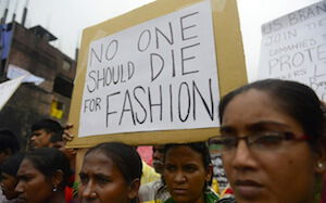 Photo de manifestants suite au drame du Rana Plaza. Source : www.responsabilitas.com/